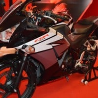 Honda CBR 150R Black Tampilan Samping Close Up