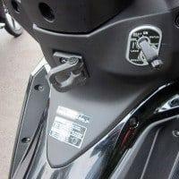 Fitur gantungan barang & fitur pembuka jok pada kunci utama